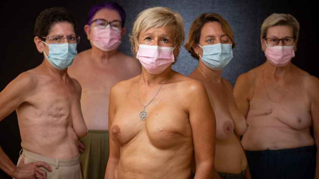 De izquierda a derecha, Josefa, Alicia, Ángela, María José y Loli, afectadas por cáncer de mama.