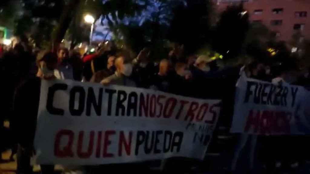 Protestas en San Blas contra los menas, difundida en redes por SOS Racismo Madrid.