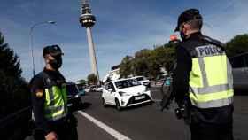 Control policial en el acceso a la capital. EFE