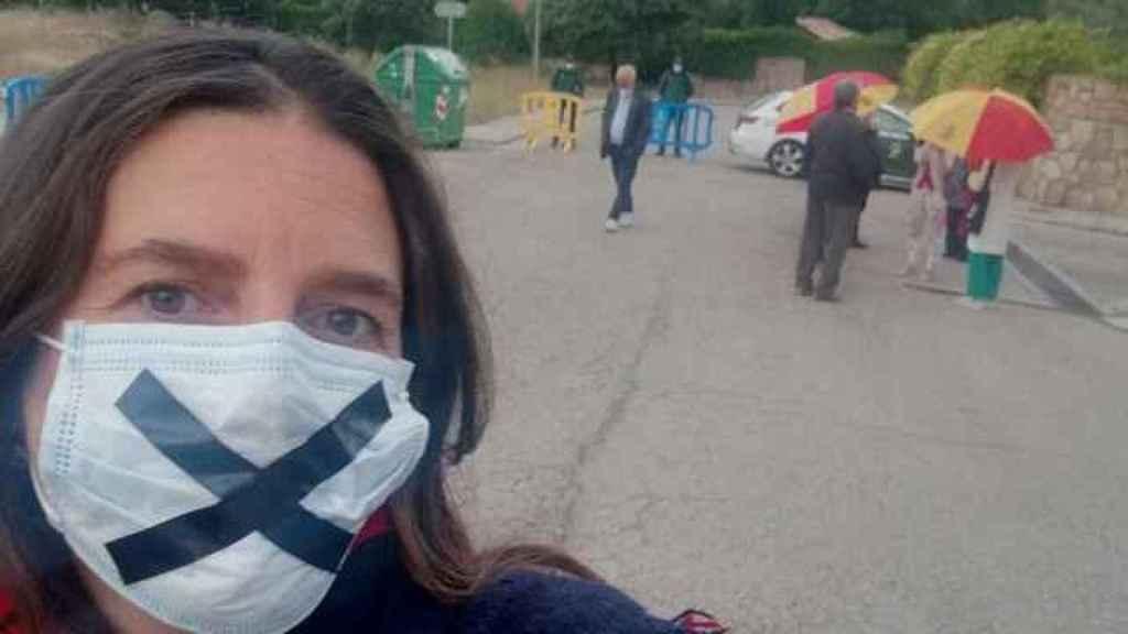 Cristina Gómez frente a la vivienda de Pablo Iglesias e Irene Montero.