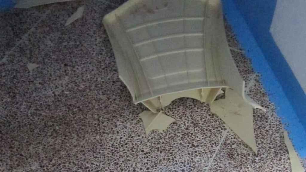 Una de las sillas destrozadas por el recluso.