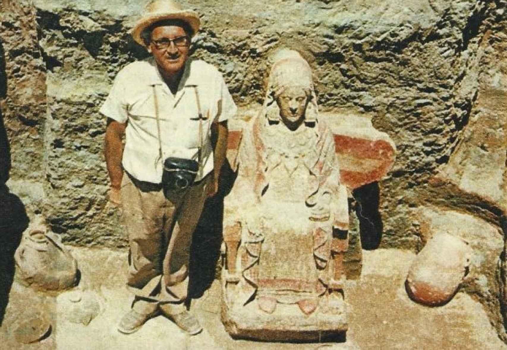 El arqueólogo Francisco Presedo y la Dama de Baza en el lugar del hallazgo.