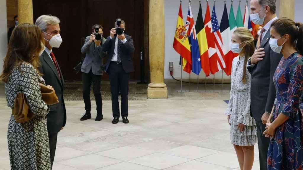 Carlos Sainz y su pareja en el recibimiento de los Reyes en los Premios Princesa de Asturias