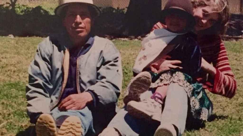 Una Ayuso veinteañera en una de las imágenes tomadas durante su estancia en Ecuador, junto a unos locales.