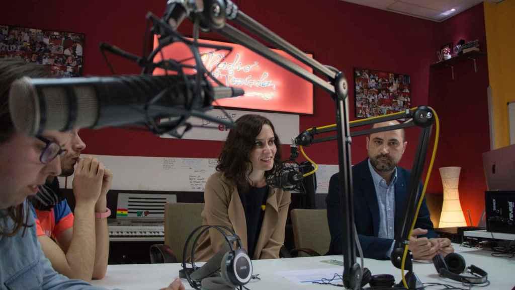 Isabel Díaz Ayuso en una radio local de Madrid durante la campaña autonómica.