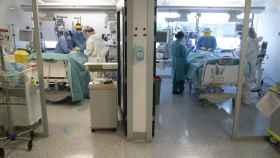 A la izda. Los médicos realizan una traqueotomía al paciente. A la dcha, preparan a otro para instalarle un 'pulmón artificial'.