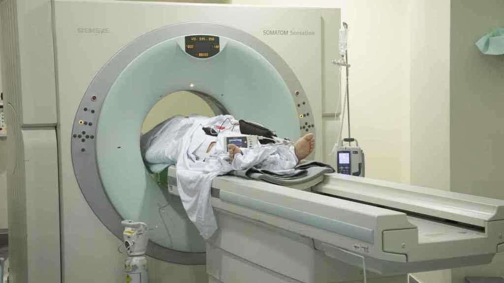 El paciente covid, en el interior del escáner.