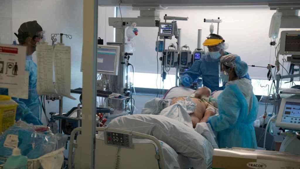 Un paciente ingresado en la UCI del Hospital Puerta del Hierro.