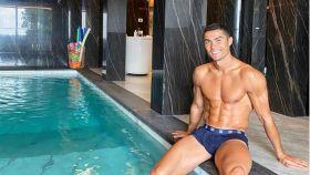 Cristiano se ejercita en la piscina de su casa