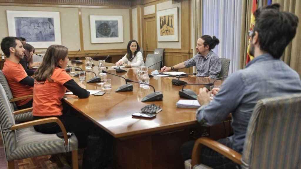 Pablo Iglesias y Ione Belarra, con los representantes del Sindicato de Inquilinos en la sede de la Vicepresidencia.