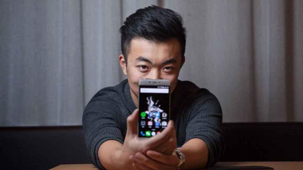 Carl Pei con un smartphone OnePlus.
