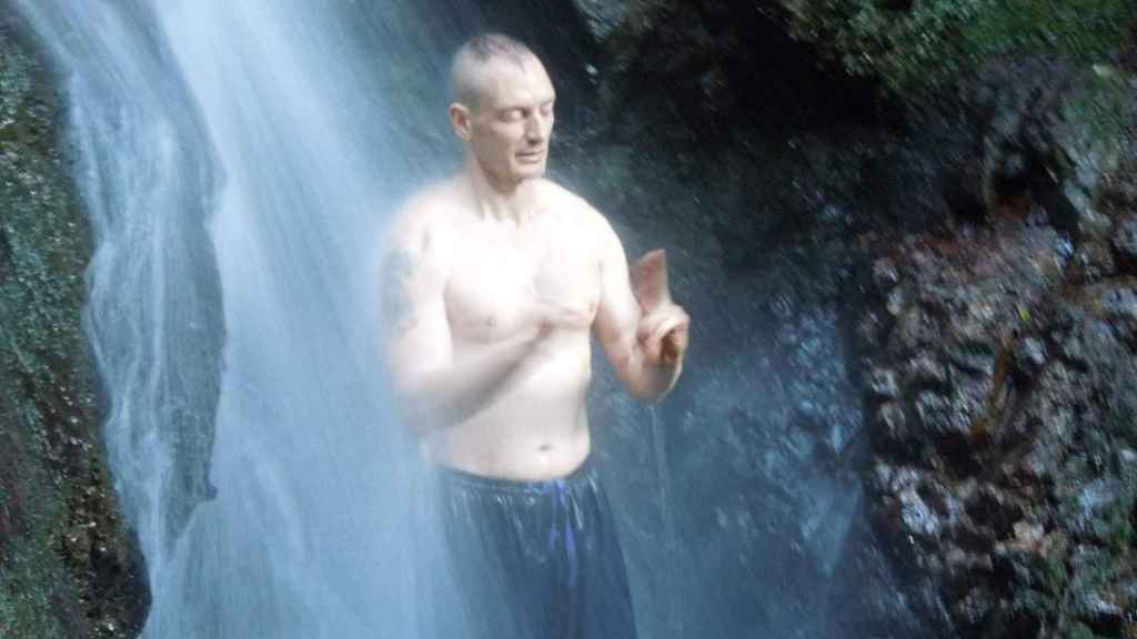 José, meditando bajo una cascada en Koka (Japón)