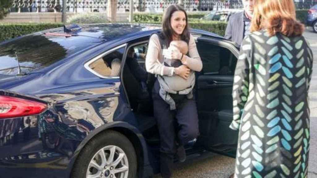 Irene Montero sale del coche oficial con su bebé.