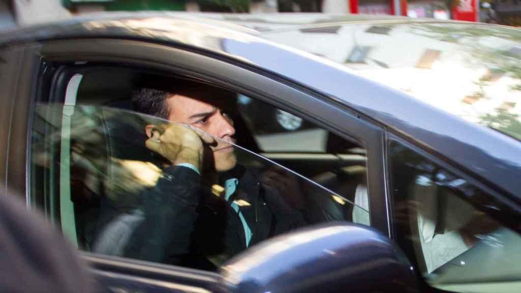 Pedro Sánchez, en su coche oficial.