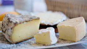 Alerta sanitaria en España: retiran este popular queso del mercado y piden que no se consuma