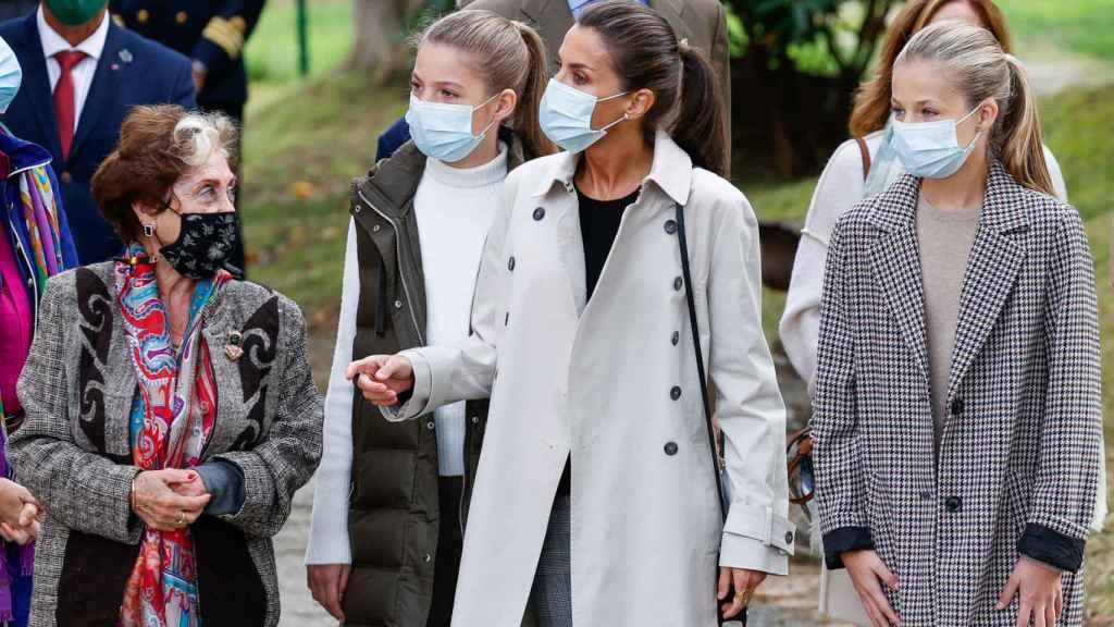 Letizia y sus hijas, compartiendo con los habitantes de Somao.