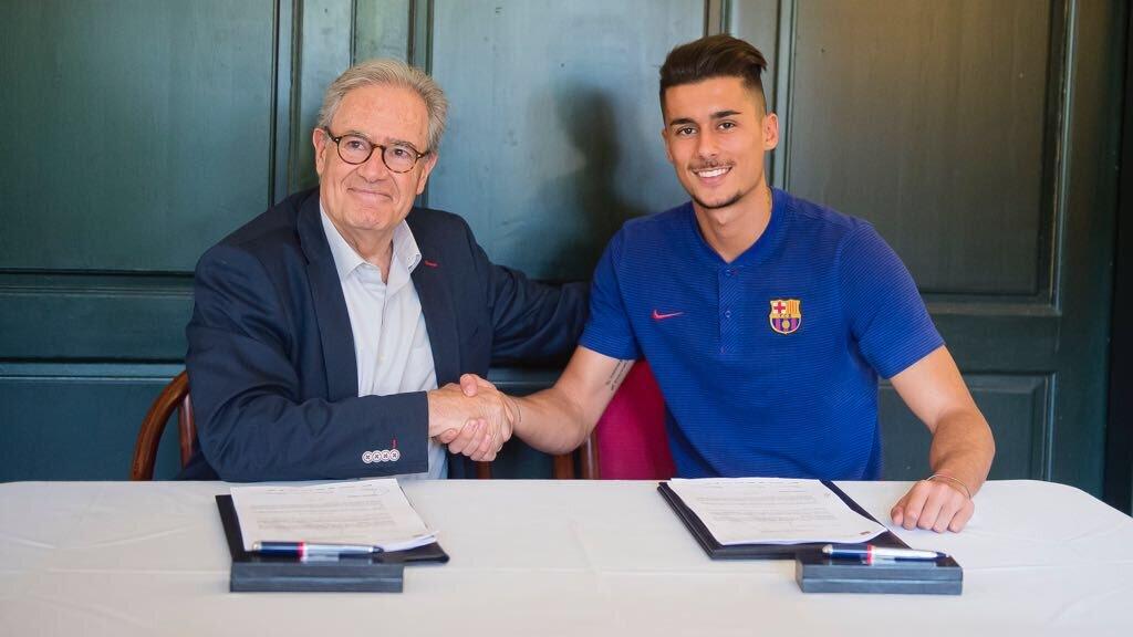 Chumi en su última renovación con el FC Barcelona en 2018