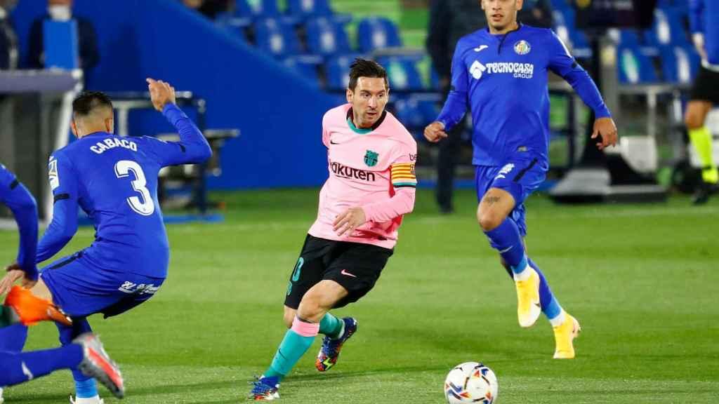 Leo Messi intenta zafarse de varios rivales