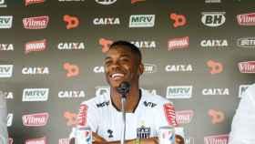 Robinho durante una rueda de prensa con el Santos en 2016