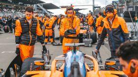 El equipo McLaren, en la parrilla de salida de Nurburgring