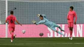 Thibaut Courtois, Varane y Nacho, en un partido del Real Madrid con la camiseta rosa