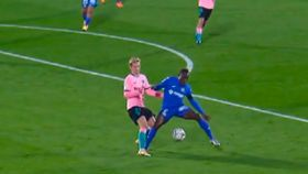 Penalti de De Jong sobre Djené, en el Getafe - Barcelona de la jornada 6 de La Liga