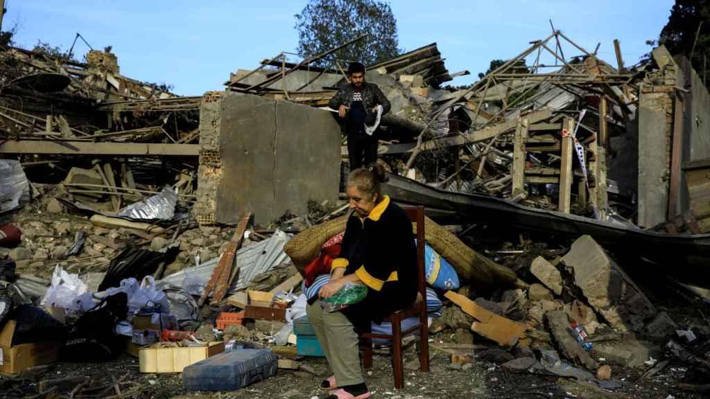 Una mujer ante su casa en ruinas en Nagorno-Karabakh, Azerbaiyán.