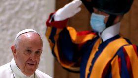 El papa Francisco entrando en el aula Pablo VI para su audiencia semanal.