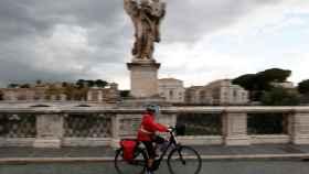 Una persona paseando en bicicleta en Roma.