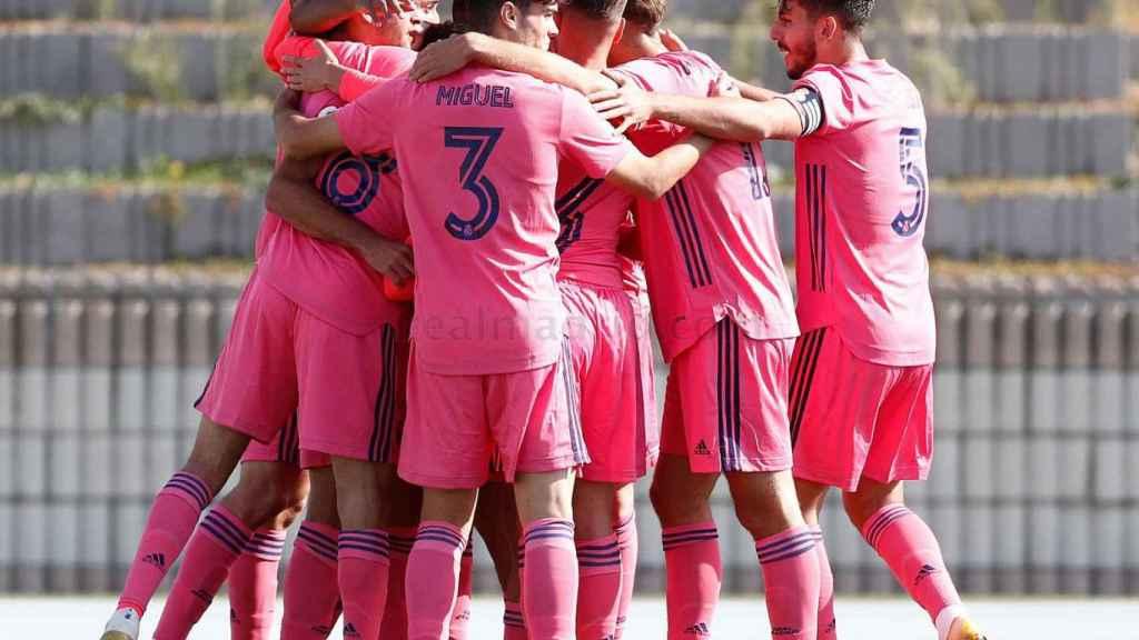 Los jugadores del Real Madrid Castilla celebran uno de los goles ante Las Rozas CF