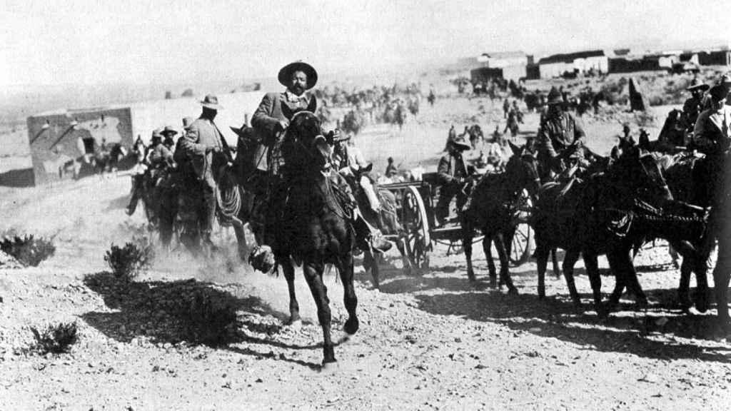 El líder revolucionario Pancho Villa a la entrada de Ojinaga.