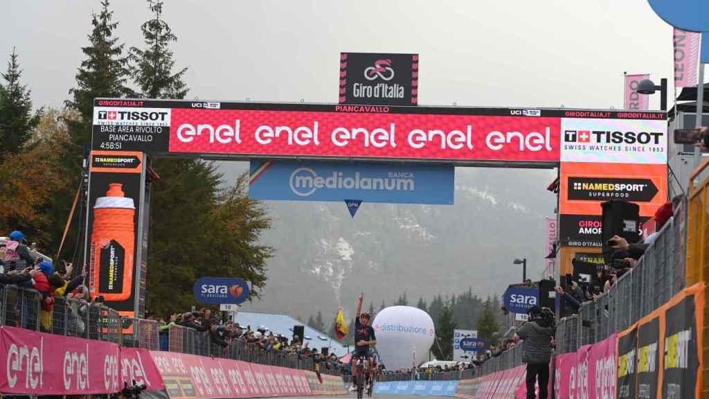 Tao celebra su victoria en la cima de Piancavallo