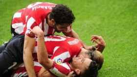 Raúl García, Iker Muniaín y Alex Berenguer celebran el primer gol del Athletic ante el Levante