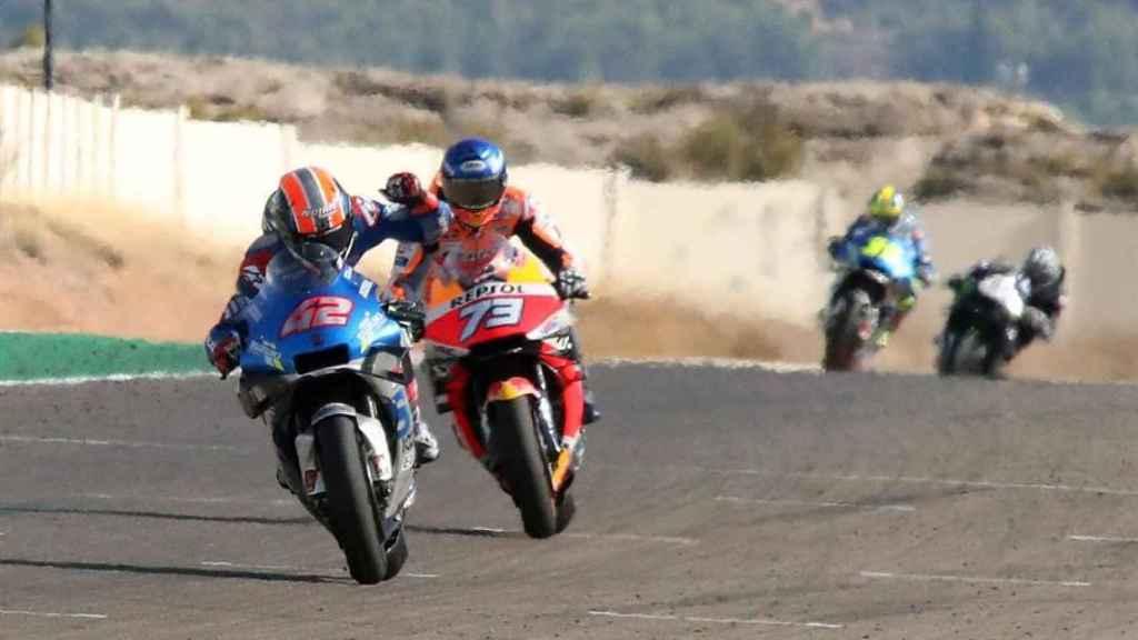 Álex Rins cruza la línea de meta seguido de Álex Márquez y Joan Mir, en el Gran Premio de Aragón.