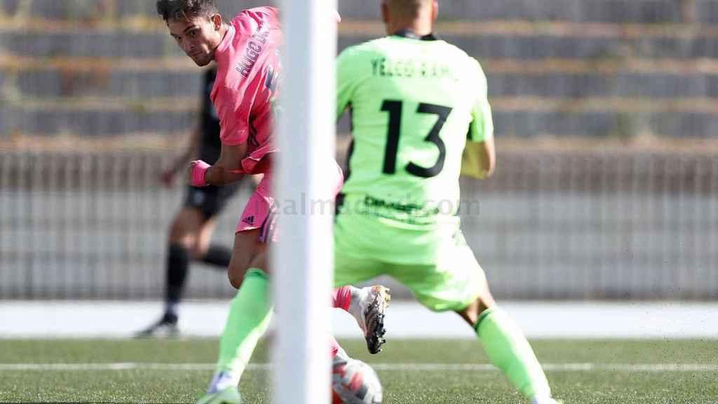 Hugo Duro realiza un disparo ante el portero de Las Rozas en un partido con el Real Madrid Castilla