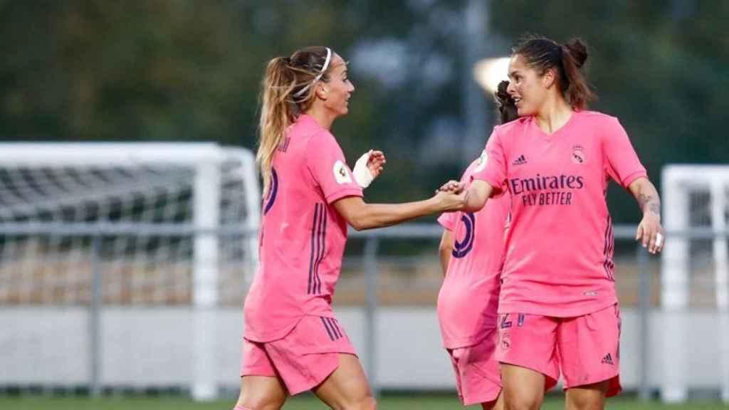 Asllani y Jessica Martínez celebrando un gol con el Real Madrid Femenino