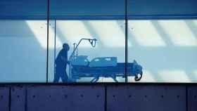 Un celador transporta una camilla en el hospital de Bellvitge (Barcelona).