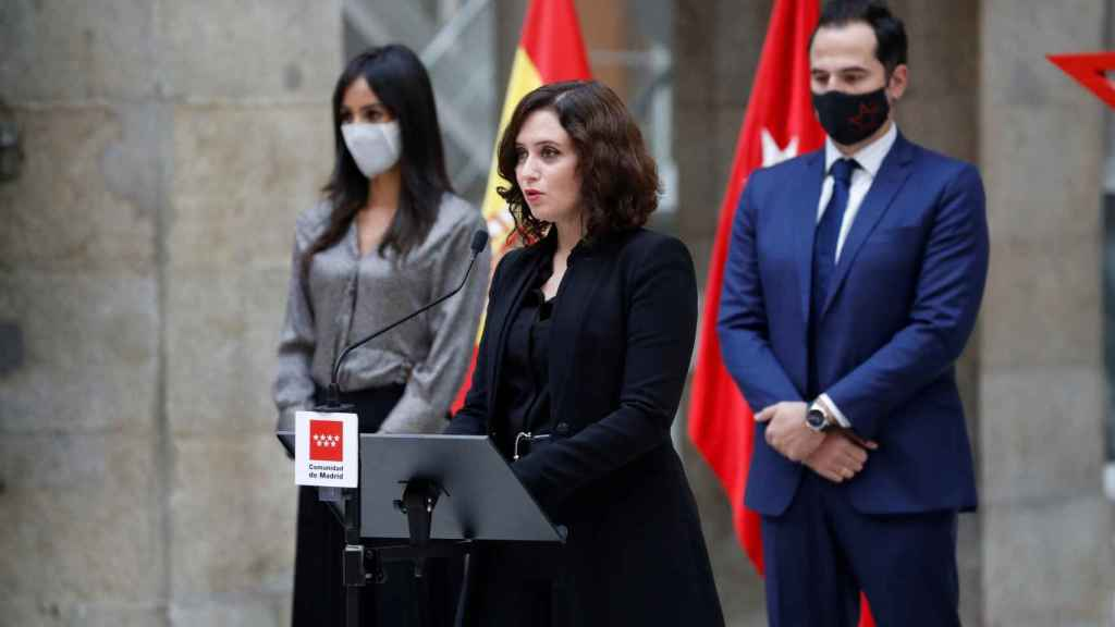 Ayuso, en el homenaje a las víctimas de la Covid-19. Junto a ella, Ignacio Aguado y Begoña Villacís.