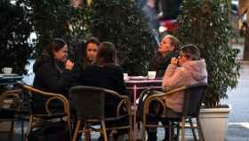 Varias personas desayunan en una terraza del centro de Barcelona.