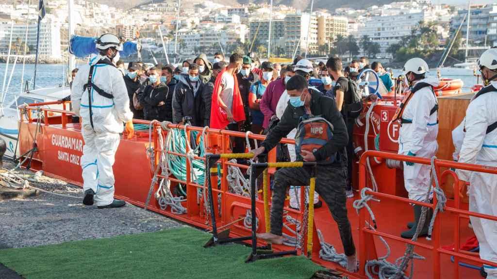 Trabajadores de Cruz Roja ayudan en el Muelle a trasladar a migrantes que han interceptado en aguas canarias.