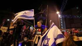 Un manifestante lleva una careta de Netanyahu en la manifestación de Jerusalén para exigir su dimisión.