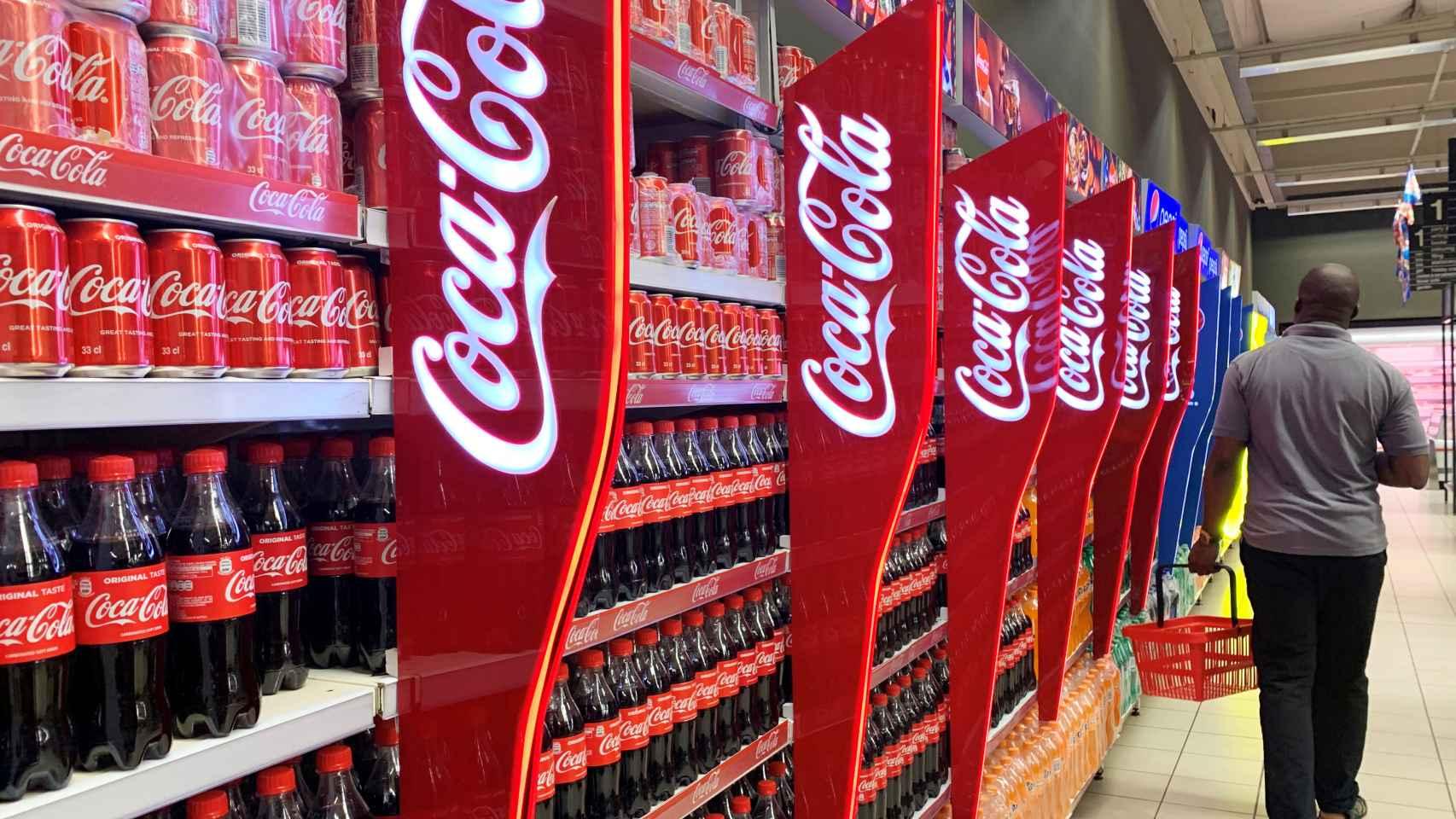 Lineal con refrescos de Coca-Cola en un supermercado.