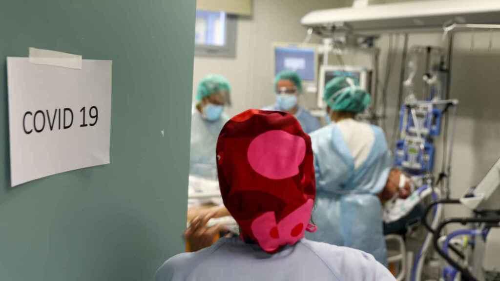 Una sanitaria en una planta hospitalaria de Covid.