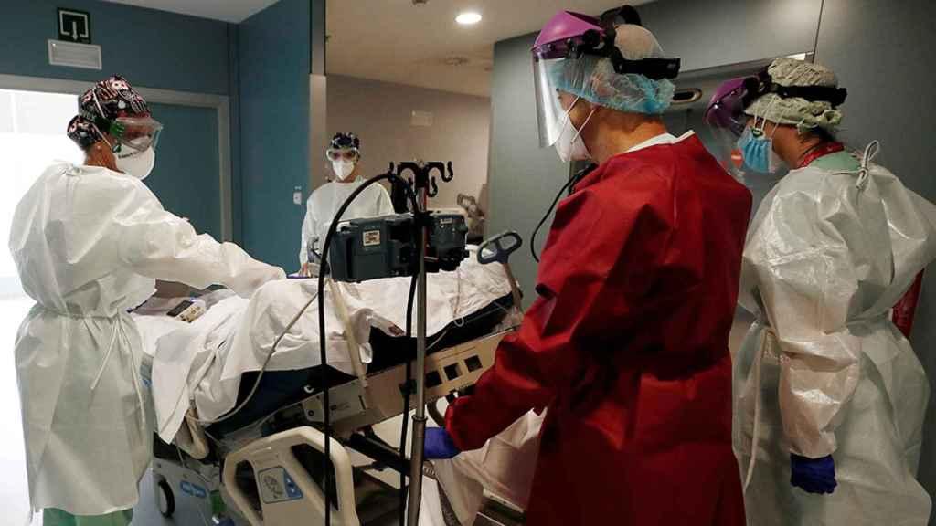 Varios médicos trasladan a un paciente en el Complejo Hospitalario de Navarra.