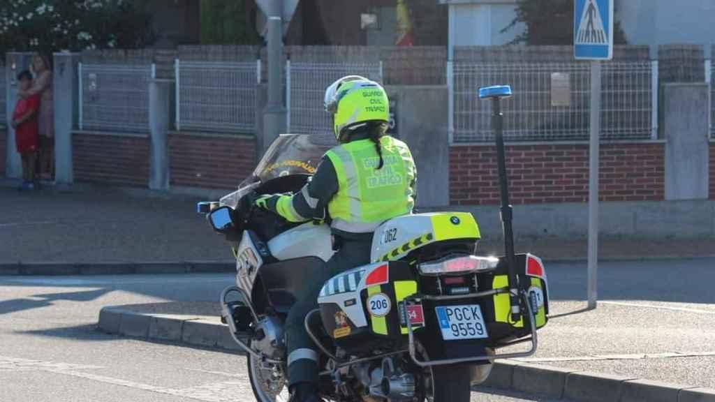 Imagen de la sargento Marian en moto.