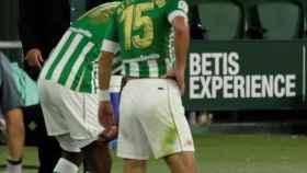 Pellegrini, de fondo con dos jugadores del Real Betis