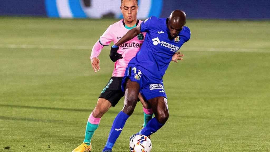 Nyom protege un balón ante Sergiño Dest