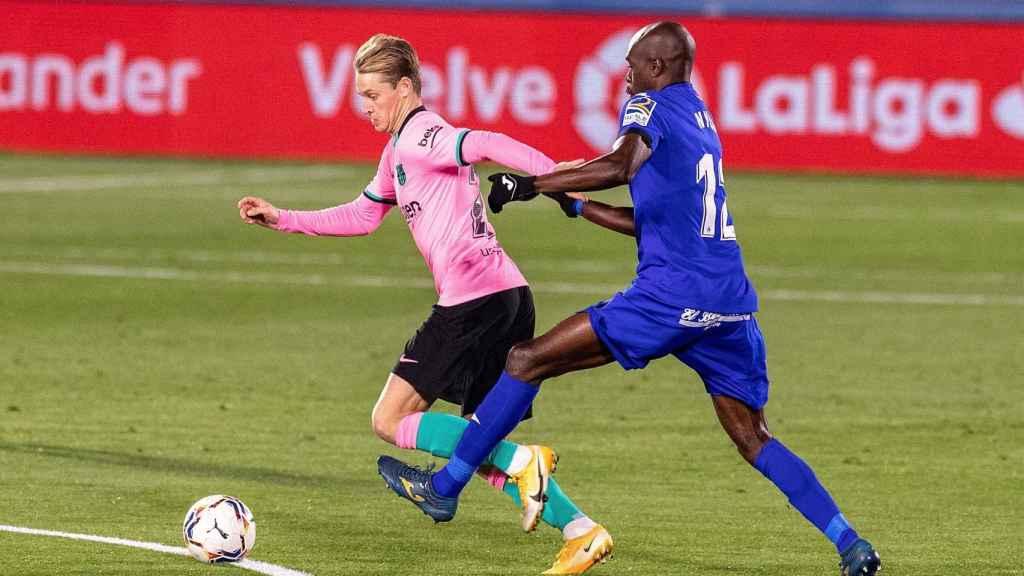 Nyom intenta alcanzar a De Jong que se marcha con el balón controlado