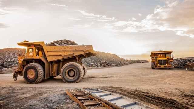 Unos camiones trabajan en una mina.