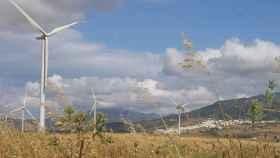 Un parque de energía eólica en el campo.